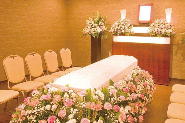 故人様が大好きだったお花で柩を囲み、お花畑をイメージした祭壇